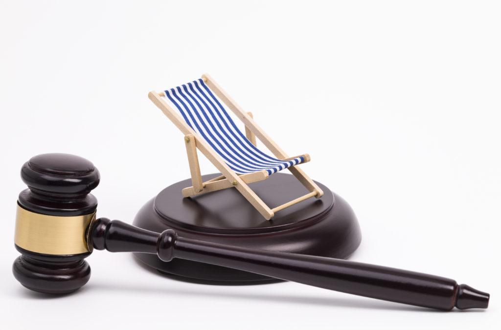 Richterhammer mit Liegestuhl